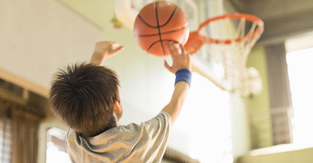 """バスケットボールでシュートを打つ子供"""""""